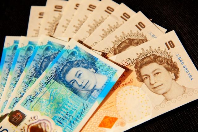 イギリスの紙幣£10と£5