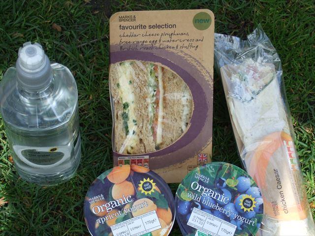 イギリスマークスアンドスペンサーのサンドイッチ、水、オーガニックヨーグルト