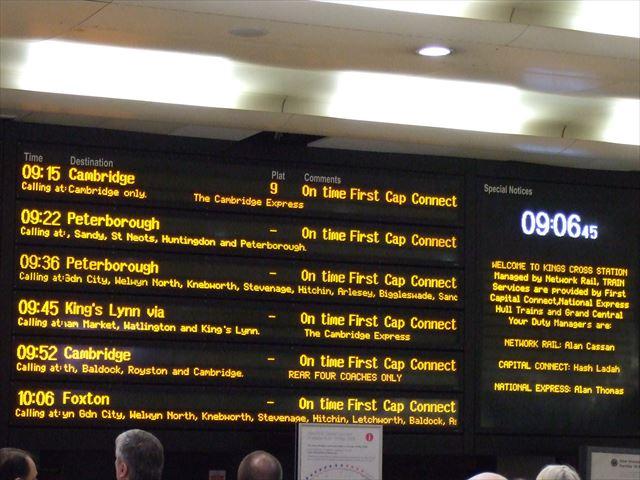 ロンドン・キングスクロス駅の時刻表電光掲示板