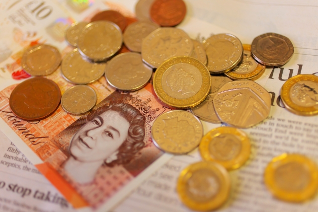 イギリス10ポンド紙幣とコイン